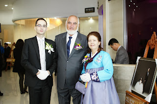 Getting married in Korea - Groom greeting guests