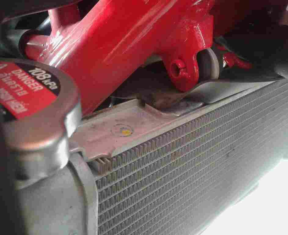 Contoh radiator dari honda cb 150R yang masih menempel di motor