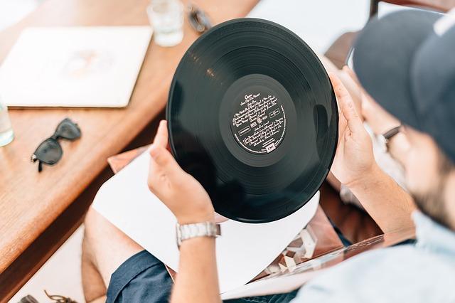 レコードを持つ男性