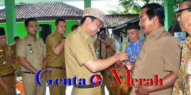 Lestarikan Kesenian Lampung, Bupati Lampura Serahkan Kulintang