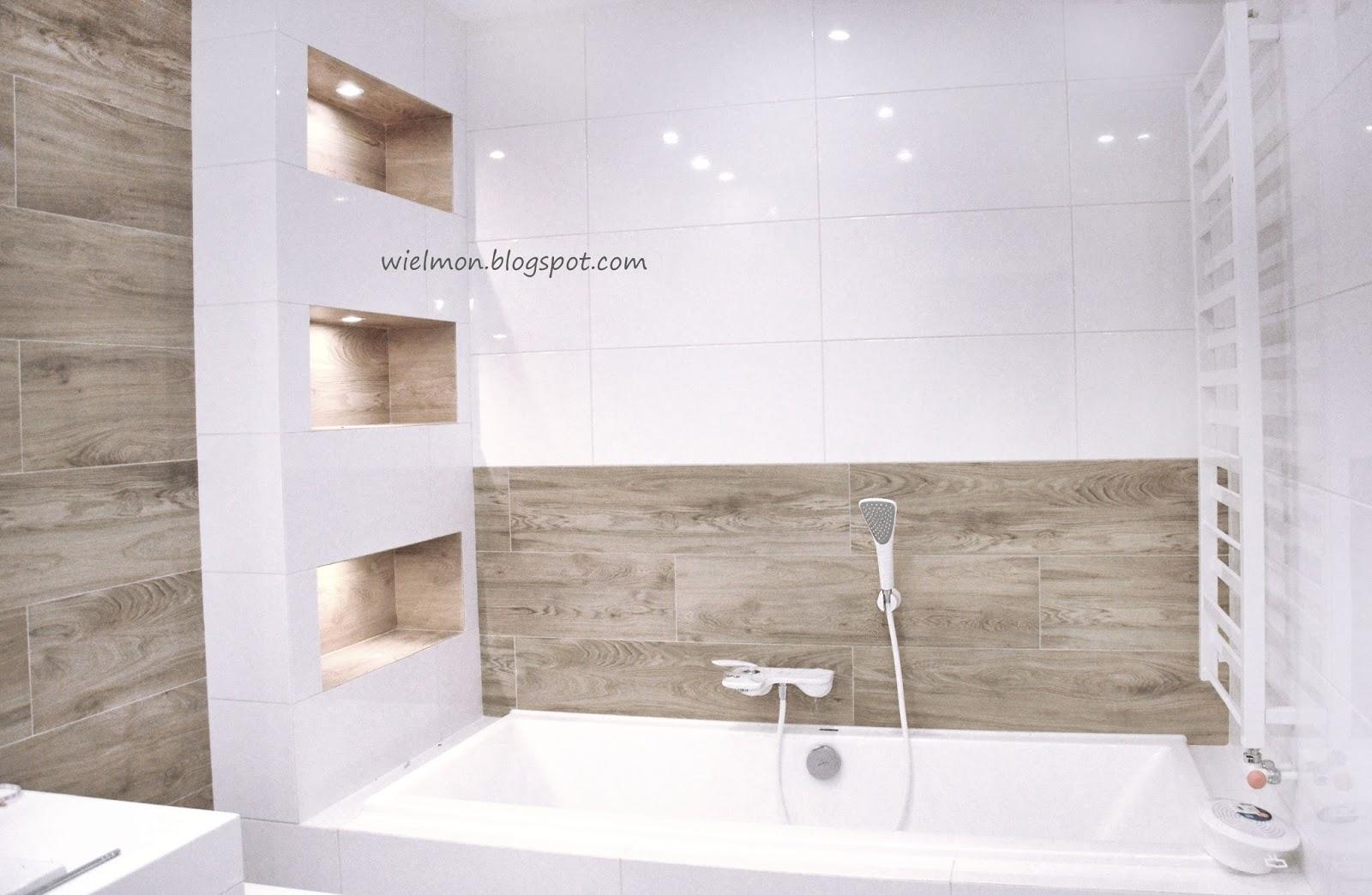 Biała łazienka w połączeniu z drewnem - MonikaWielgus.pl