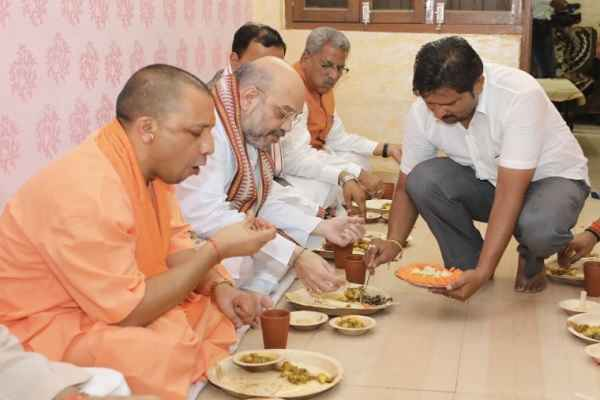 bjp-changing-india-yogi-amit-shah-eating-on-floor-instead-of-table