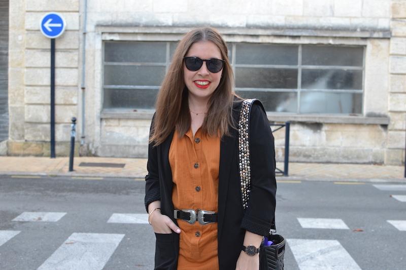 combinaison ocre La Redoute, blazer noir Pimkie, sac M Maje, bandouliere Lily Push, ceinture double boucle Zara