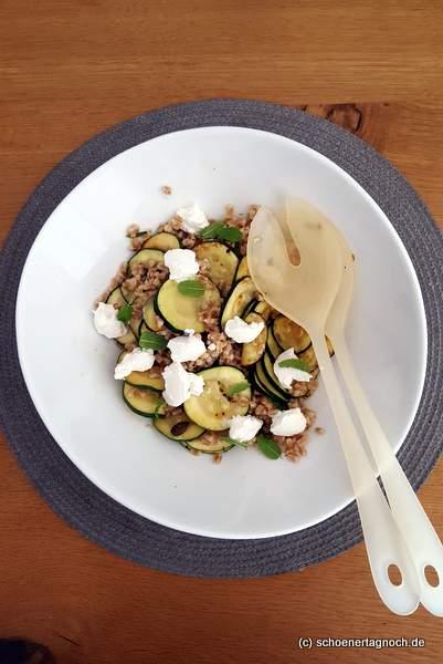 Dinkel-Zucchini-Salat mit Minze und Ziegenfrischkäse