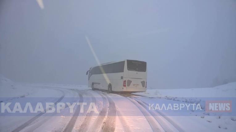 Θρίλερ στα χιόνια: Λεωφορείο με μαθητές εγκλωβισμένο κοντά στα Καλάβρυτα!