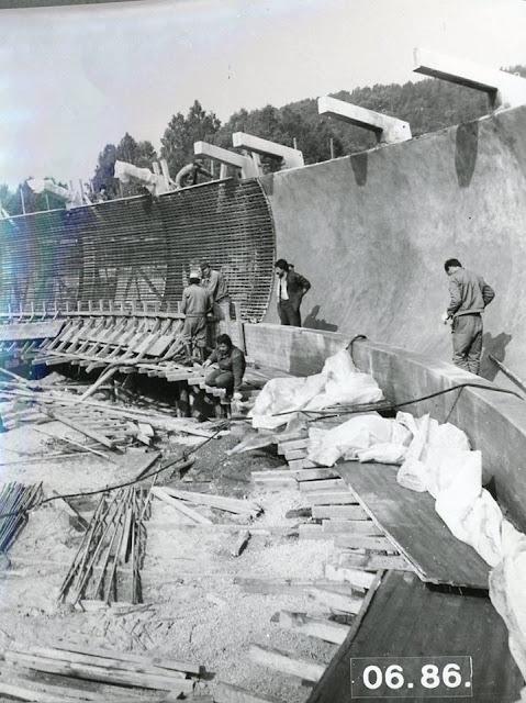 """Siguldas bobsleja un kamaniņu trases būvniecība. Sigulda, 1986.gada jūnijs. Autors nezināms. Latvijas institūta """"Rūpnīcprojekts"""" foto albums (J.I.Čivčs)"""