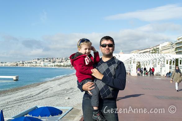 Nis'in uzun sahilinde çocukla yürüyüş, Fransa