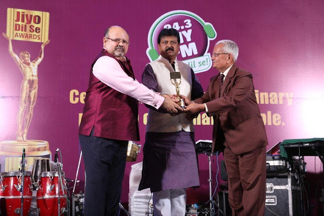 Mr. Harrish M Bhatia CEO, 94.3 MYFM with Mr. Sanjay Shrivastava, Chairman Raipur Development Authority(Pic-Center) giving award to K R Maheshwari