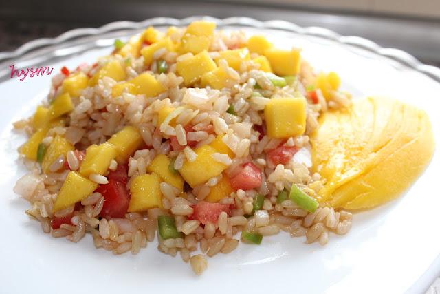 plato de enzalada de arroz y mango