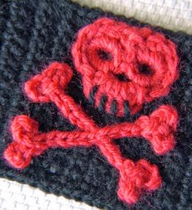 http://translate.googleusercontent.com/translate_c?depth=1&hl=es&rurl=translate.google.es&sl=en&tl=es&u=http://speckless.wordpress.com/2012/04/03/little-skull-and-crossbones-crochet-pattern/&usg=ALkJrhim3QAYjsvtNTDmLMe9UELO5LCaUw