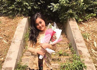 Fidya Haliza Bawa Bunga