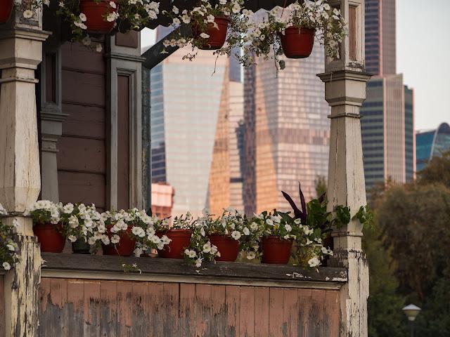 Необычный вид на башни Москва - Сити