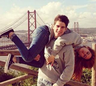 صورة عن الحب: يحمل حبيبته على كتفه
