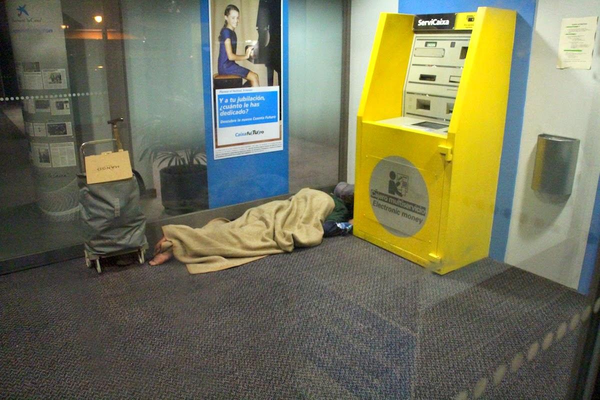 Una persona sin hogar duerme en un cajero bancario en Beurko