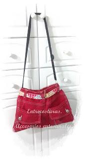 Bolso rojo bandolera para niña. Reciclar. Entrecosturas. Accesorios artesanales.