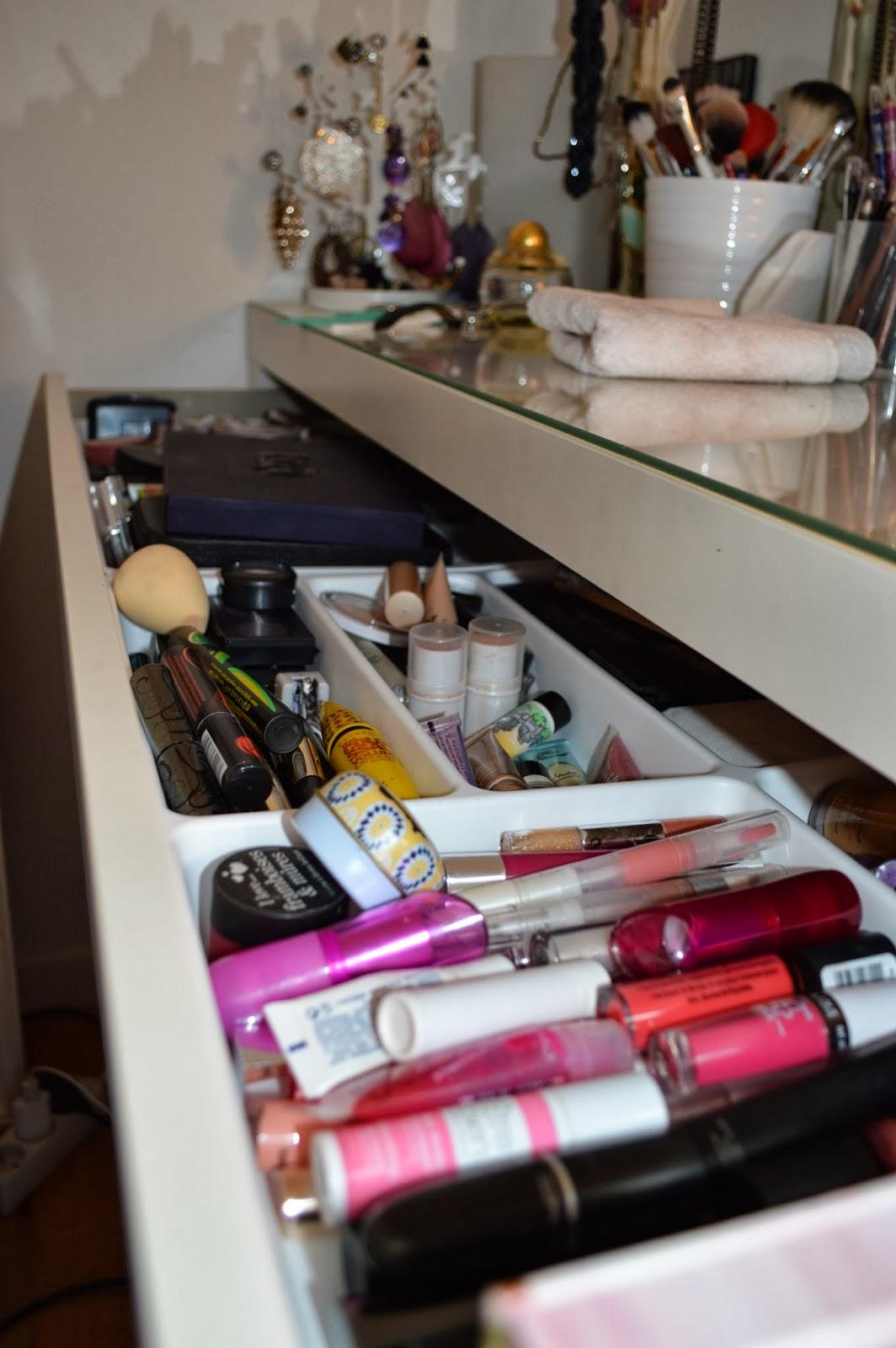le monde de la beaut mon rangement maquillage. Black Bedroom Furniture Sets. Home Design Ideas