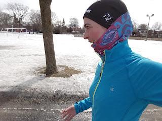 Coureuse souriante, dehors, hiver, Ahuntsic, neige, Montréal
