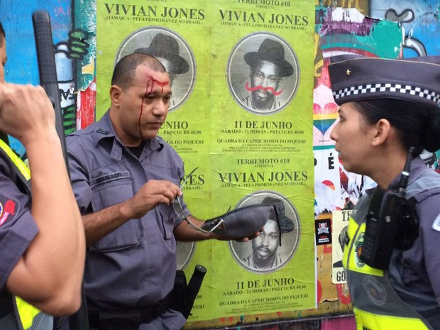 Parada Gay – Manifestante quebra garrafa na cabeça de PM