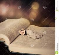 Γυναίκα κοιμάται σε ανοιχτό βιβλίο (σουρεαλισμός).