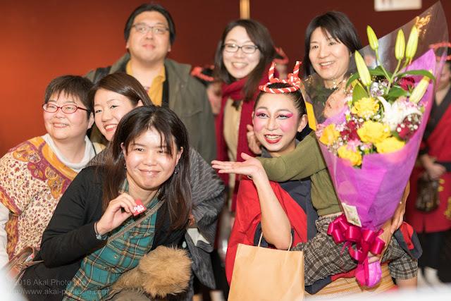 劇場公演後、ロビーにてお客と交流するfuyuka ohtakiさんの写真