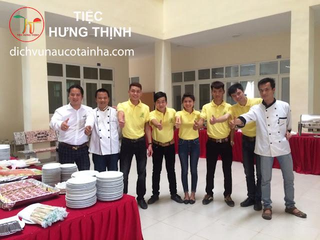 Đội ngũ bếp và phục vụ tiệc
