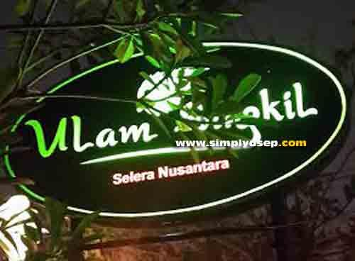 ULAM SINGKIL :  Plang Rumah Makan Ulam Singkil yang terletak di kawsan Jalan Sumatera yang buka setiap hari kecuali hari Minggu dari jam 09.00 - 21.00 WIB.  Foto Asep Haryono