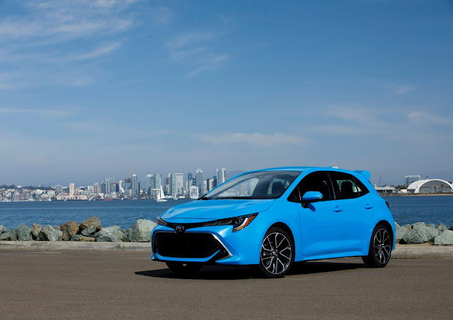 Front 3/4 view of 2019 Toyota Corolla Hatchback