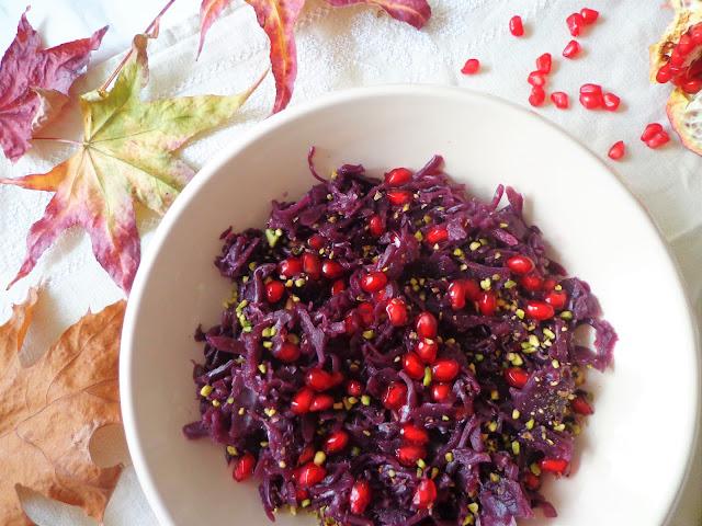 Sałatka z czerwonej kapusty z granatem i pistacjami (Insalata di cavolo rosso con melagrana e pistacchi)