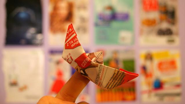 reklama wszędzie statek z papieru