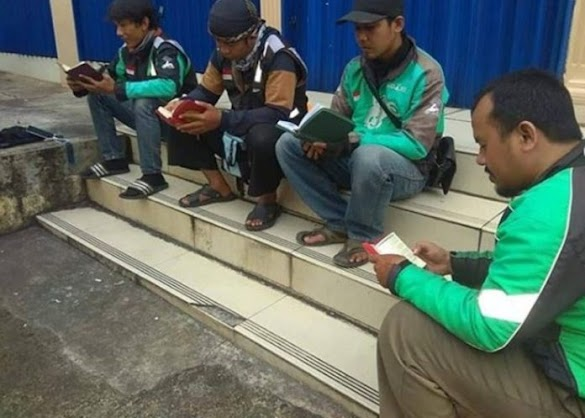Salut, 4 Driver Ojek Online Ini Nunggu Orderan Sambil Baca al-Qur'an