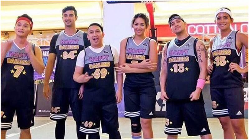 Augie Fantinus (ketiga dari kiri) saat bermain basket bersama selebriti lainnya