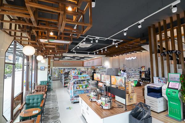 全家台中輕井澤店特色超商,將日本輕井澤美景帶到店裡,環境舒適