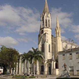 Die Kirche Iglesia de Nuestra Corazón de Sagrado Jesús am Parque de La Juventud, davor die Statue von José Martí.