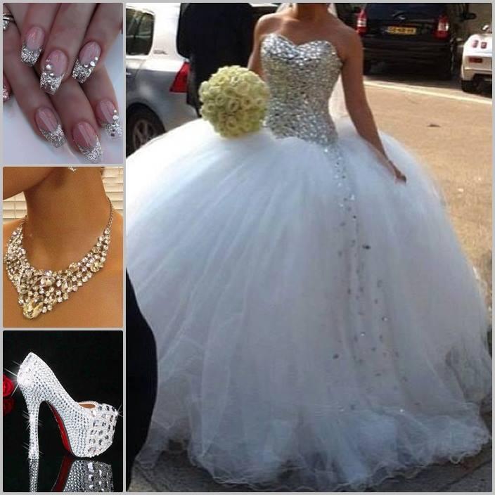 Vestido de novia elegante y moderno, uñas decoradas, collar y zapatos