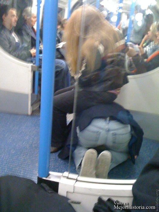 Chico sirve de asiento a chica en el metro.
