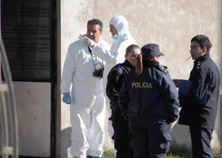 """De acuerdo con los voceros, el informe forense detalló que la primera de las víctimas de Roberto Daniel Vecino (56), su expareja María Esther Curuchet (52), tenía la cabeza """"prácticamente desprendida"""" por un fuerte golpe de machete, una de las tres armas blancas secuestradas en la escena de los crímenes."""