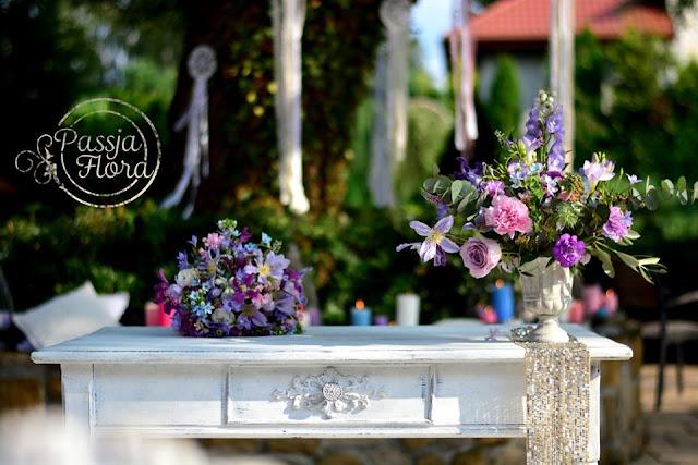 Fioletowe bukiety na ślubie plenerowym