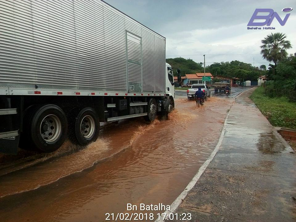 Passagem molhada transborda em rua de Batalha