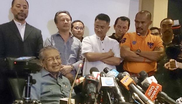 Keluar Dari UMNO, Sultan Sindir Tun Mahathir