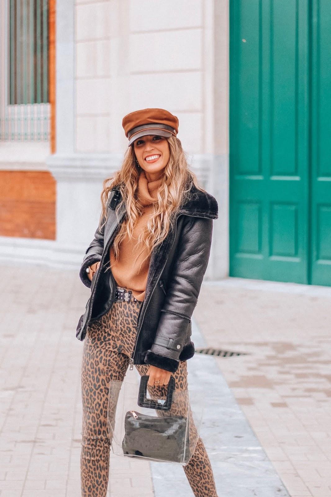 como llevar pantalones de leopardo