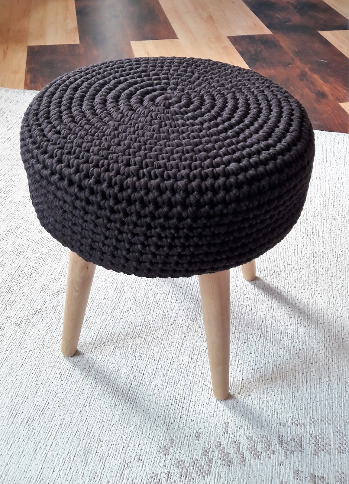 f e du tricot housse pour tabouret au crochet et trapilho tuto inside. Black Bedroom Furniture Sets. Home Design Ideas