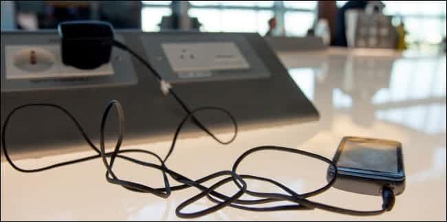 Usare il caricabatterie in una presa AC a corrente alternata