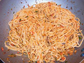paste cu peste in sos tomat cu usturoi si parmezan preparate la tigaie, peste, paste, spaghete, retete, retete culinare, spaghete cu peste, retete de mancare, retete de peste, retete de paste, retete cu paste, preparate din peste, preparate din paste, spaghete italiene, mancaruri cu paste, mancaruri cu peste, retete traditionale din bucataria italiana, mancare sanatoasa, paste cu peste reteta,