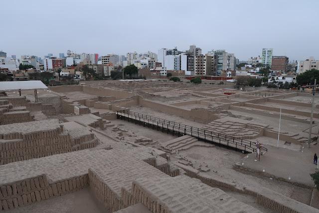 Vistas desde la gran pirámide de Huaca Pucllana en Lima