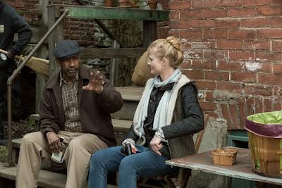 Denzel Washington and Charlotte Bruus Christensen on the set of Fences (1)
