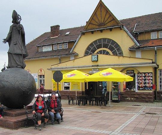 Rabka-Zdrój. Pomnik Świętego Mikołaja przed budynkiem stacji kolejowej.