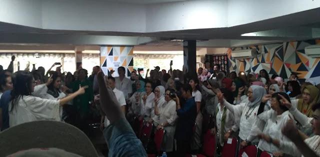 "Yel-Yel ""Prabowo-Sandi Menang"" Ala Emak Emak Awali Diskusi Perayaan Hari Ibu"