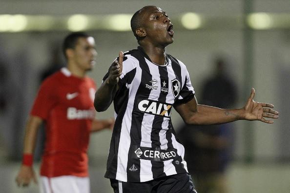 Botafogo vence o Internacional e entra no G6