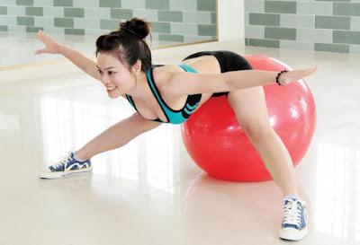 tập yoga tại nhà với bóng