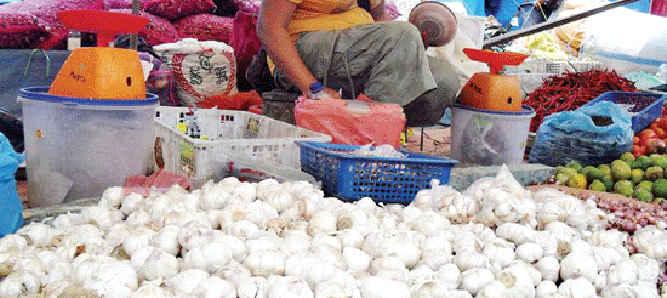Harga bawang putih yang ditawarkan para pedagang di pasar tradisional Kota Ambon, mulai bergerak naik hingga mencapai Rp36 ribu/kilogram.